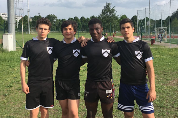 tre giocatori dell'Under 16 bianconera con le maglie celebrative